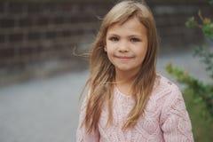 Chica joven hermosa que presenta en la calle Fotos de archivo