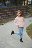 Chica joven hermosa que presenta en la calle Imagen de archivo libre de regalías