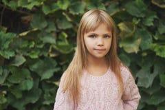 Chica joven hermosa que presenta en la calle Imagenes de archivo