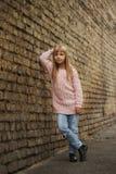 Chica joven hermosa que presenta en la calle Foto de archivo libre de regalías