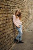 Chica joven hermosa que presenta en la calle Imágenes de archivo libres de regalías