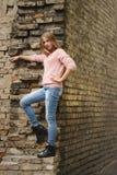 Chica joven hermosa que presenta en la calle Foto de archivo