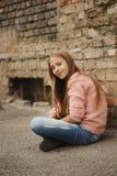 Chica joven hermosa que presenta en la calle Fotografía de archivo libre de regalías