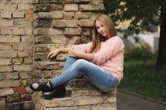 Chica joven hermosa que presenta en la calle Imagen de archivo