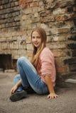 Chica joven hermosa que presenta en la calle Fotos de archivo libres de regalías