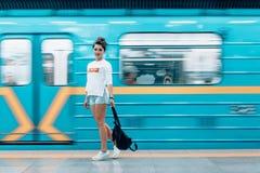 Chica joven hermosa que presenta en la estación de metro Fotos de archivo