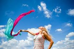 Chica joven hermosa que salta en un día asoleado Imagenes de archivo