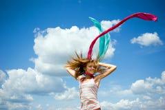Chica joven hermosa que salta en un día asoleado Fotos de archivo