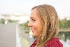 Chica joven hermosa que se relaja Imagen de archivo libre de regalías