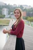 Chica joven hermosa que se relaja Imagenes de archivo