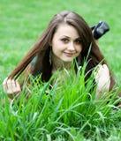 Chica joven hermosa que se relaja en el césped Imagen de archivo libre de regalías