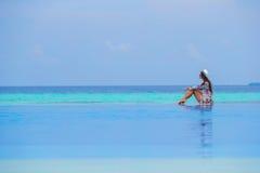 Chica joven hermosa que se relaja en la natación al aire libre Fotografía de archivo