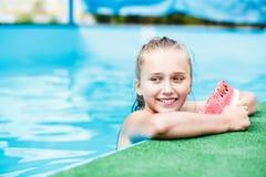 Chica joven hermosa que se relaja en la piscina Foto de archivo libre de regalías