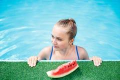 Chica joven hermosa que se relaja en la piscina Fotografía de archivo libre de regalías
