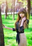 Chica joven hermosa que se relaja en un bosque verde Fotos de archivo libres de regalías