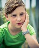 Chica joven hermosa que se sienta en el viento afuera Fotos de archivo libres de regalías