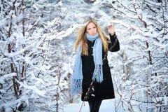 Chica joven hermosa que sonríe y que camina en la calle Invierno frío nevoso hermoso Humor del día de fiesta Fotos de archivo libres de regalías