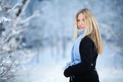 Chica joven hermosa que sonríe y que camina en la calle Invierno frío nevoso hermoso Humor del día de fiesta Foto de archivo