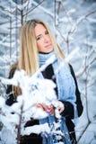 Chica joven hermosa que sonríe y que camina en la calle Invierno frío nevoso hermoso Humor del día de fiesta Foto de archivo libre de regalías