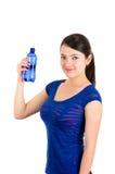 Chica joven hermosa que sostiene la botella de agua azul Imagenes de archivo