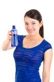 Chica joven hermosa que sostiene la botella de agua azul Imagen de archivo libre de regalías