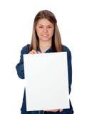 Chica joven hermosa que sostiene un cartel en blanco para hacer publicidad Fotografía de archivo libre de regalías