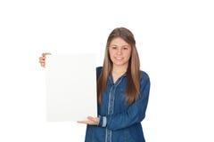 Chica joven hermosa que sostiene un cartel en blanco para hacer publicidad Foto de archivo