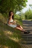 Chica joven hermosa que sostiene un conejito Fotografía de archivo