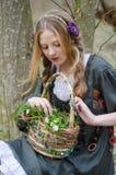 Chica joven hermosa que sostiene una cesta de flores salvajes Fotografía de archivo libre de regalías