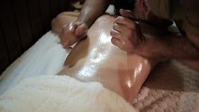 Chica joven hermosa que tiene masaje en salón del balneario metrajes