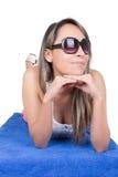 Chica joven hermosa que toma el sol en una toalla Fotos de archivo libres de regalías