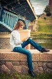 Chica joven hermosa que usa la tableta digital Fotografía de archivo libre de regalías