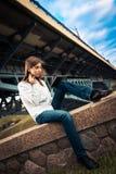 Chica joven hermosa que usa la tableta digital Fotografía de archivo