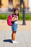 Chica joven hermosa que va a la escuela Foto de archivo libre de regalías