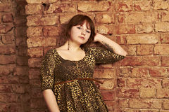 chica joven inclinada hombro con hombro con uno a Imagenes de archivo