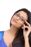 Chica joven india con las lentes Fotos de archivo