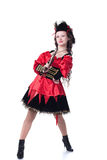 Chica joven intrépida que presenta en traje del pirata con el arma Fotografía de archivo libre de regalías