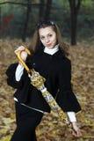 Chica joven juguetona de la belleza con el paraguas amarillo. Imágenes de archivo libres de regalías