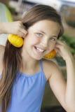 Chica joven juguetona que se divierte con las calabazas en el mercado Fotografía de archivo