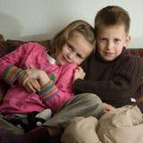 Chica joven kudling con su más viejo hermano imagen de archivo libre de regalías