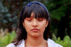 Chica joven latina en el parque imagen de archivo