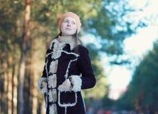 Chica joven linda del retrato al aire libre en chaqueta y boina Imagenes de archivo