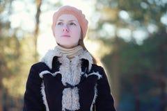 Chica joven linda del retrato en chaqueta y boina Imagen de archivo libre de regalías