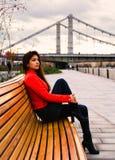 Chica joven linda en chaqueta anaranjada Imagen de archivo