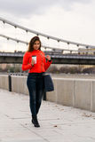 Chica joven linda en chaqueta anaranjada Fotografía de archivo libre de regalías