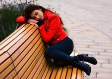 Chica joven linda en chaqueta anaranjada Fotos de archivo libres de regalías