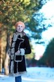 Chica joven linda en chaqueta y boina Imagenes de archivo