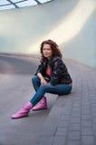 Chica joven linda en la chaqueta de cuero Imagen de archivo libre de regalías