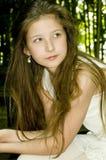 Chica joven linda en parque foto de archivo