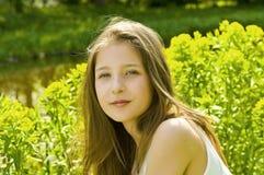 Chica joven linda en un parque foto de archivo